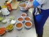 Hotovou a dochucenou polévku nandáme do šálků